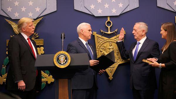 Donald Trump y Mike Pence durante la jura del ministro de Defensa, James Mattis (Reuters)