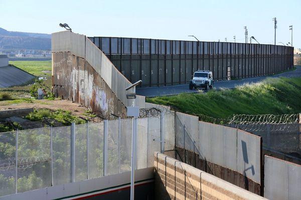 De los 3.200 kilómetros de frontera entre Estados Unidos y México, cerca de un tercio ya se encuentra vallado (AFP)