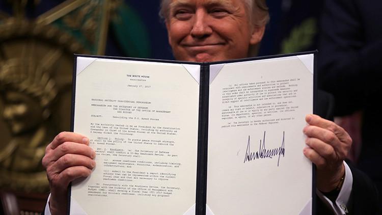 Grafóloga explica qué dice la firma de Donald Trump sobre su personalidad