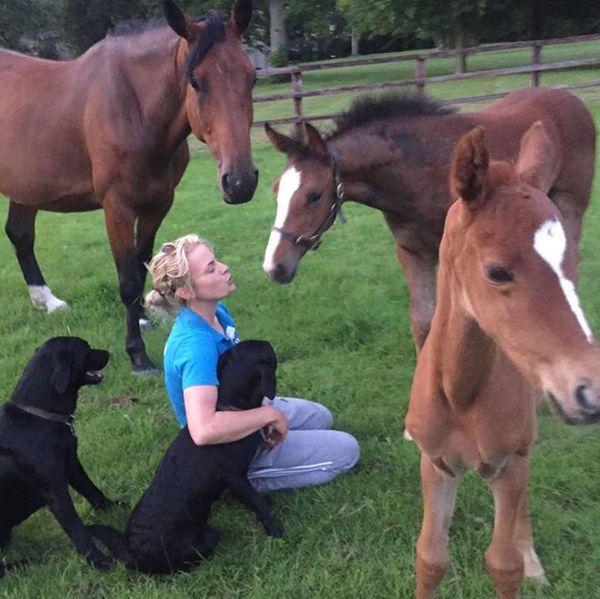 Samantha con caballos y los dos perros que se llevó consigo, los animales que más lamenta Bayford que se haya llevado