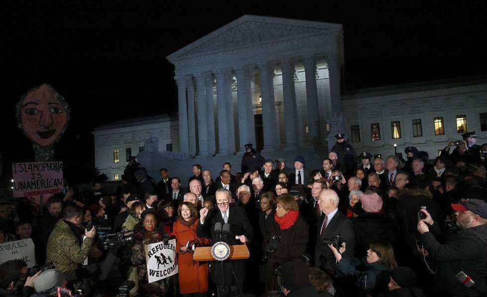 Protesta liderada por legisladores demócratas ante el Tribunal Supremo.