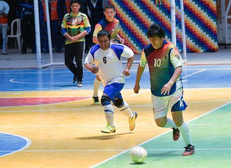 Morales en Turco, durante el juego de fútbol sala en el nuevo coliseo.