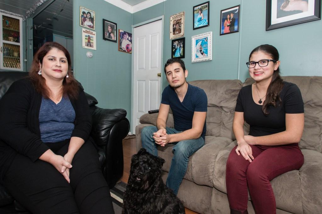 Rosemary Navarro con su hijo Ricardo, de 22 años, y su hija Lizeth, de 19 años, en su hogar en La Habra, California. (Heidi de Marco/KHN)