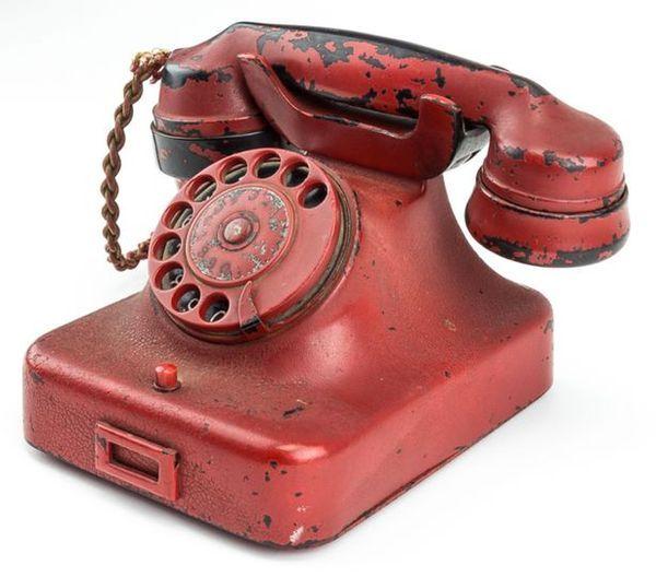 """Ranulf Rayner, dueño del teléfono, espera que elobjeto sea comprado por un museo, en lugar de un coleccionista privado. """"No quiero que se vuelvan a ocultar, quiero que recuerden al mundo los horrores de la guerra"""""""