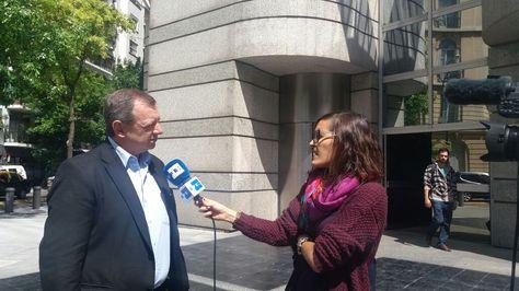 Alberto Gonzales atiende un requerimiento periodístico en Buenos Aires. Foto: Embajada de Bolivia en Argentina