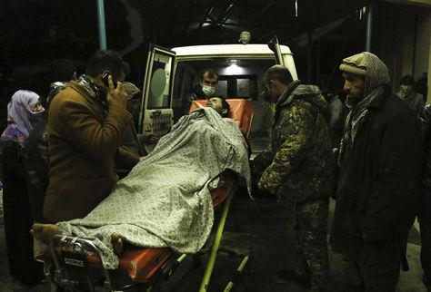 Oficiales de seguridad y personal médico trasladan a un herido a la ambulancia tras la explosión de una bomba en Kabul. Foto: EFE