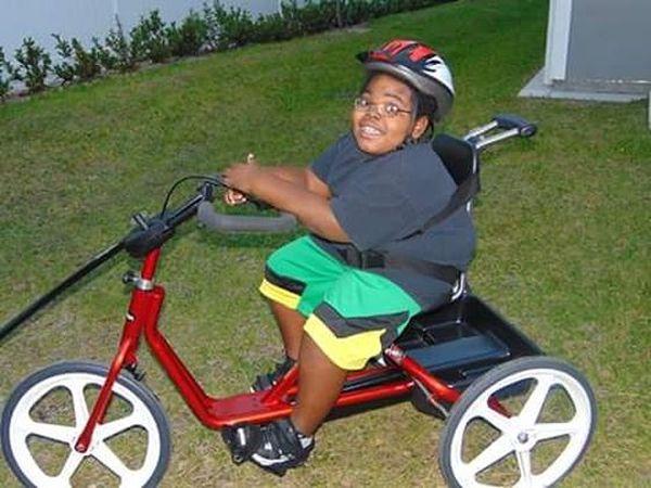 Michael Whitaker-Russell en una bicicleta para niños con problemas motores