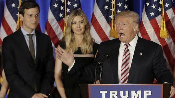 Ivanka Trump y su esposo, Jared Kushner, en un discurso de Trump