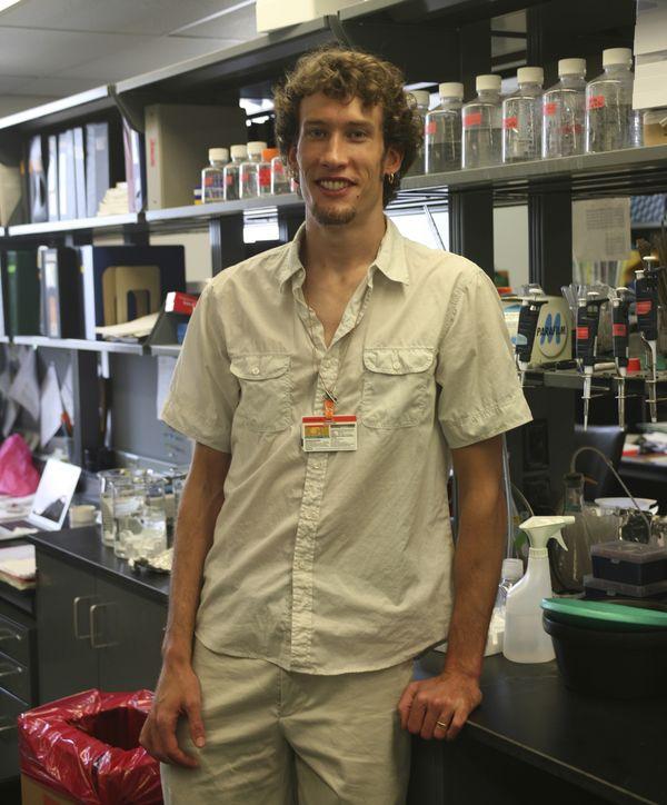 Graham H. Diering en el laboratorio de la Universidad John Hopkins