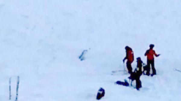 Los servicios de rescate intentan salvar a cinco personas que quedaron sepultadas en la nieve (BFMTV)