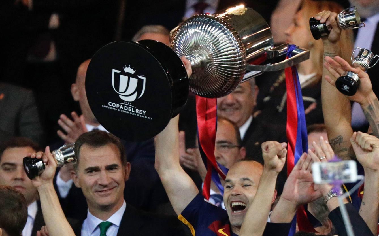 Foto: Iniesta levanta la Copa que le entregó el Rey en el Calderón. (EFE)