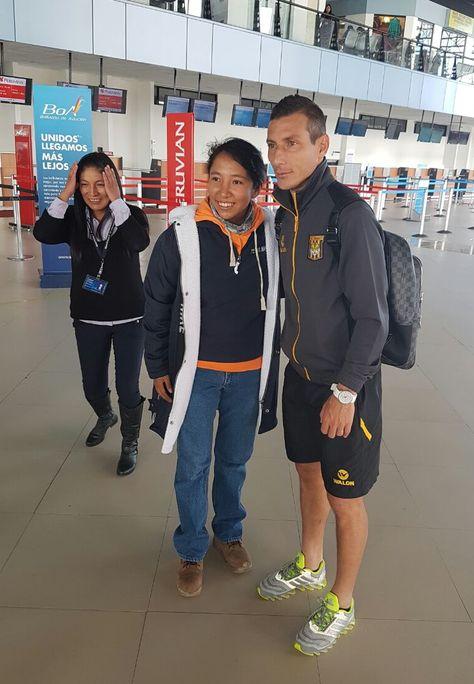 En el aeropuerto, antes del viaje, el capitán atigrado Pablo Escobar posa para la foto con una aficionada.