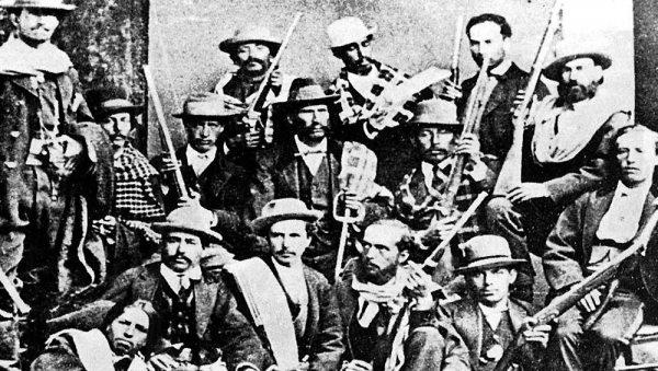 La columna encomendada a Eduardo Abaroa para la defensa del Topater. El héroe al centro del grupo con sombrero y poncho al hombro. Todos murieron en combate.