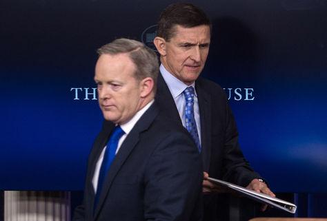 El asesor de seguridad nacional estadounidense, Mike Flynn (der.) pasa frente al secretario de prensa Sean Spicer en Washington. Foto: AFP