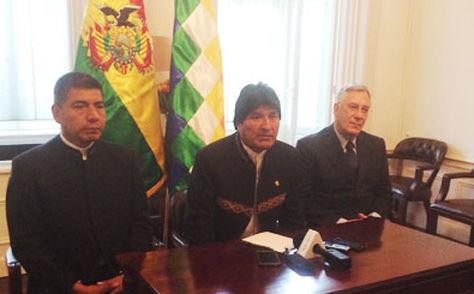El presidente Evo Morales (cen) en conferencia de prensa en La Haya, acompañado por el canciller Huanacuni (izq) y el agente Rodríguez.