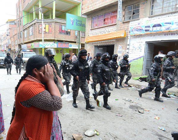 Efectivos policiales ingresaron a la población para evitar más violencia, pero fueron criticados por los vecinos, ya que no detuvieron los saqueos.