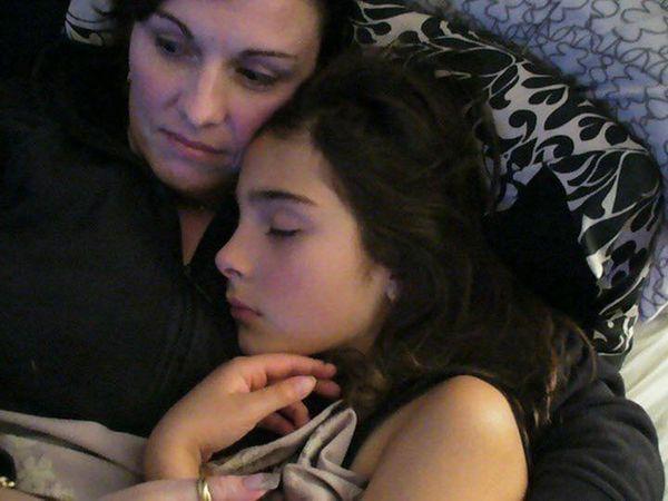 Linda Trevan y su hija Cassidy, quien se suicidió en diciembre de 2015, dos años después de que sus amigas organizaran una violación de la que fue víctima