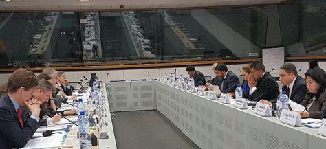 La delegación boliviana, a la derecha, que se reunió con delegados de la UE en Bruselas, Bélgica.