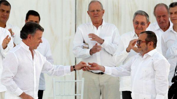 """Juan Manuel Santos junto a """"Timochenko"""" en la firma de la paz (Reuters)"""