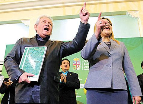 El gobernador cruceño Rubén Costas y la asambleísta departamental Kathia Quiroga durante la presentación del Estatuto Autonómico en 2015.