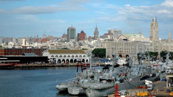 Montevideo es la puerta de entrada para muchos de quienes buscan residir en el país (iStock)