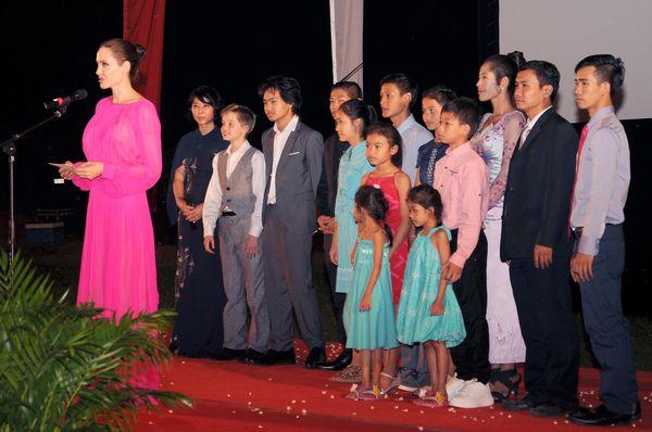 """Angelina Jolie y sus hijos en la premiere de """"First They Killed My Father"""""""