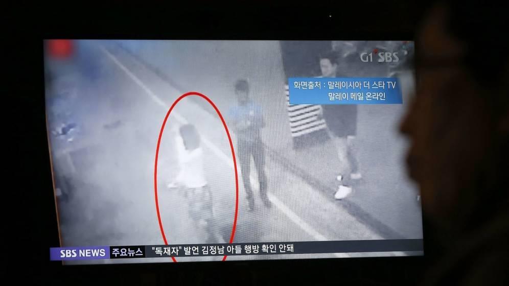 Foto: Un ciudadano surcoreano observa un informativo en la televisión en el que aparece la supuesta mujer responsable de la muerte de Kim Jong-nam. (EFE)