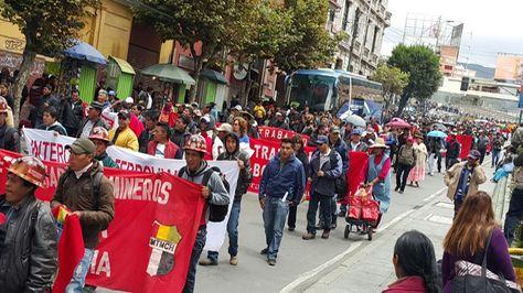 Marcha de la COB por el centro paceño este lunes 20 de febrero de 2017. Foto: Ángel Guarachi