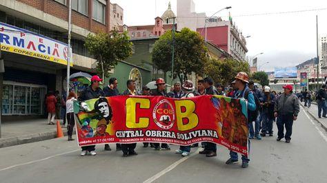 Protesta de la COB en la avenida Mariscal Santa Cruz de La Paz la mañana de este lunes.