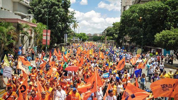 """""""Leopoldo (López) nos plantea la realización de una gran jornada de consulta popular"""", afirmó Guevara"""