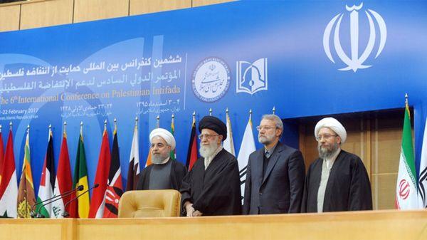 El ayatollah rodeado del presidente de Irán y los líderes del Parlamento y el Poder Judicial durante la conferencia (Tehran Times)
