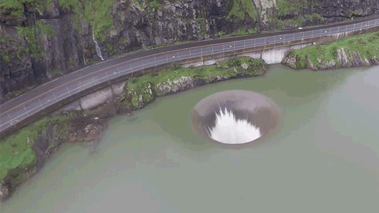 VIDEO: Un desagüe de presa a vista de dron se asemeja a un agujero negro