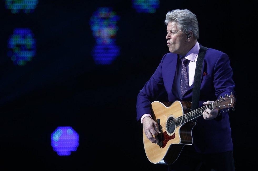 El cantante estadounidense Peter Cetera actúa durante la cuarta noche de la 58º versión del Festival internacional de la canción de Viña del Mar.
