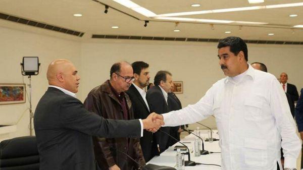 El saludo entre Jesús Torrealba y Nicolás Maduro en el primer encuentro del diálogo (EFE)