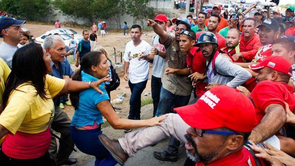 El conflicto entre opositores y gobierno genera cada vez más agresiones (AFP)