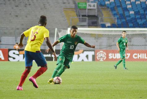 García (10), de Bolivia, trata de eludir la presión de un rival.