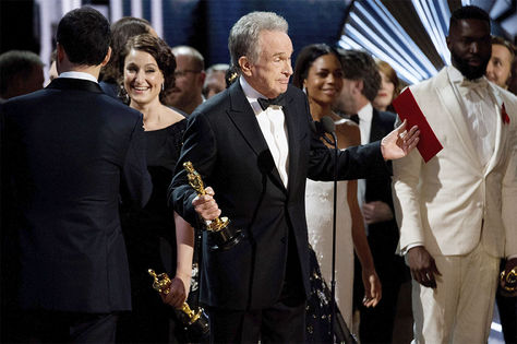 El actor Warren Beatty tras cometerse un error en el anuncio del premio a la mejor película durante la 89 edición de los Óscar.