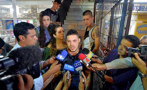 Juan José Herrera (c), hijo de Ismael Enrique Arciniegas, el colombiano que fue ejecutado en China por narcotráfico, habla con la prensa hoy.