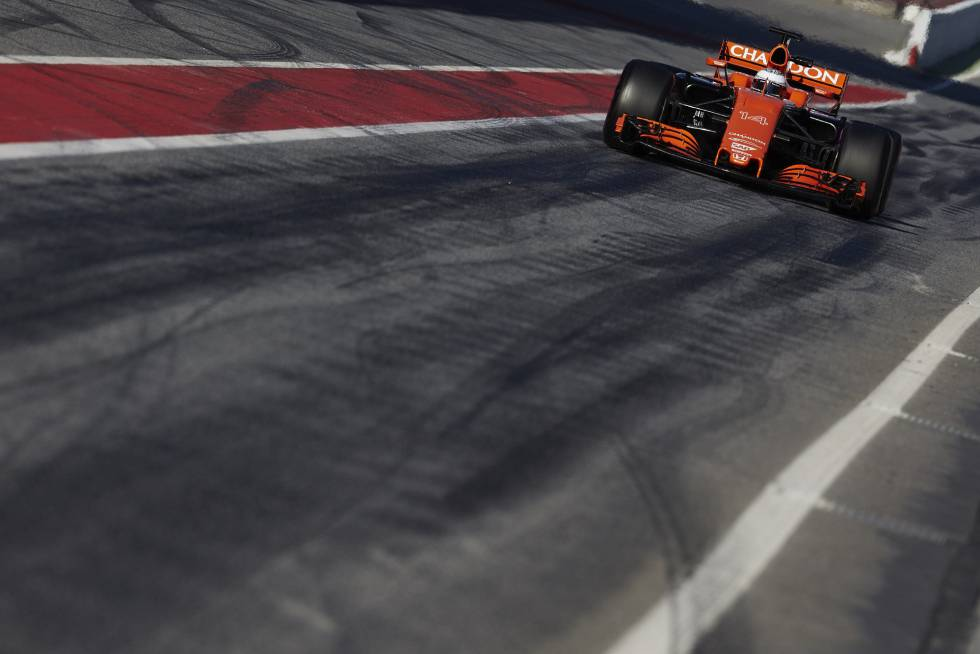 Fernando Alonso durante la tercera sesión de entrenamientos oficiales de pretemporada que se celebran en el circuito de Montmeló.