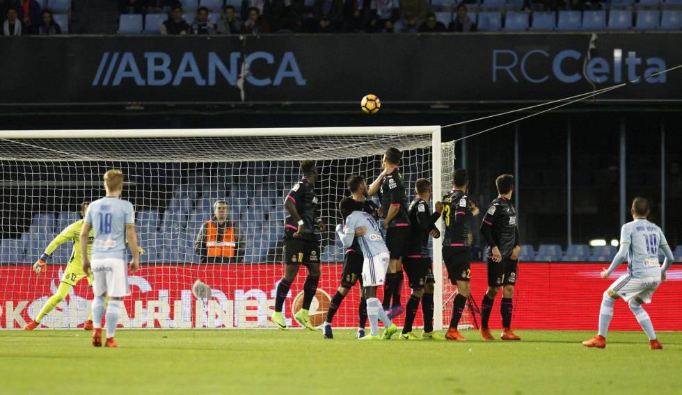 Primer gol del Celta, obra de Iago Aspas al ejecutar un libre directo.