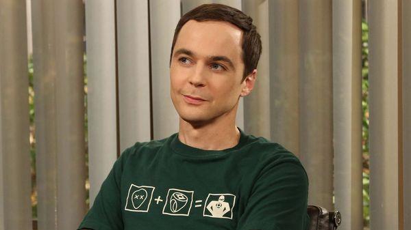 Jim Parsons interpreta a Sheldon Cooper, un científico con problemas de relacionamiento social y con un alto coeficiente intelectual