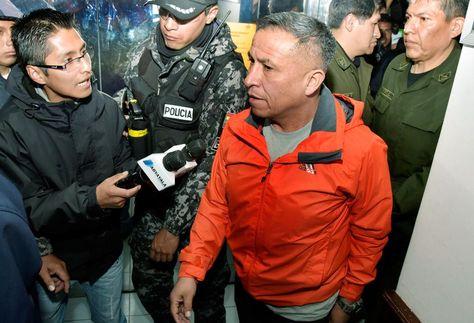 El excomandante departamental de la Policía, coronel José Araníbar, (cen) en la Fiscalía. Foto: La Razón-Archivo