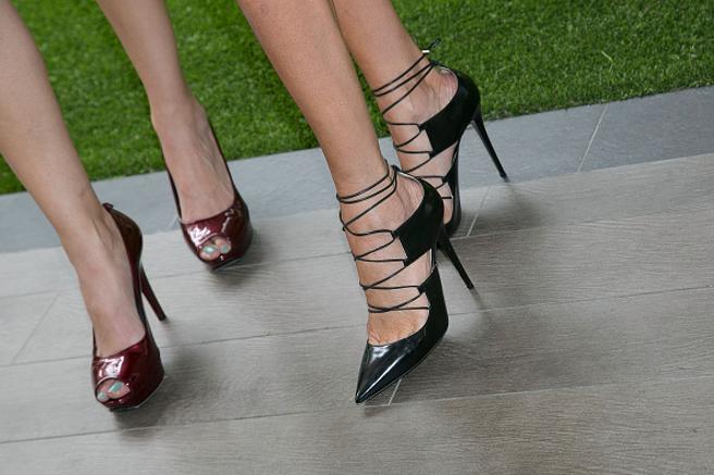 Unas mujeres visten zapatos de tacón