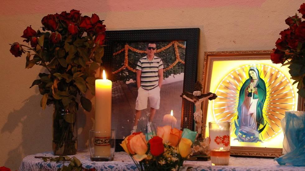 Un retrato de Guadalupe Olivas, en un altar.