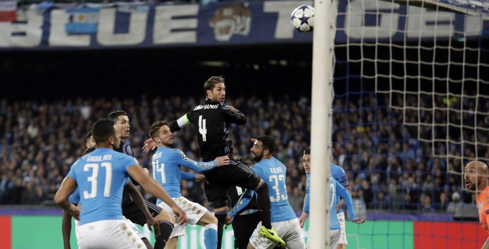 Ramos cabecea para marcar su primer gol en Nápoles.