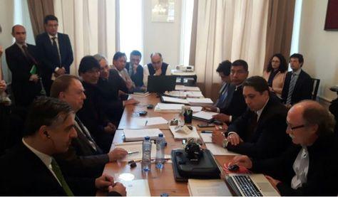 El presidente Morales se reúne con el equipo jurídico Nacional e Internacional en la embajada de Bolivia en La Haya. Foto: @Canal_BoliviaTV