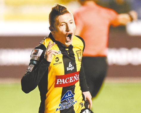 Alejandro Chumacero corre al encuentro de sus compañeros tras marcar el segundo gol a Santa Fe. Foto: Miguel Carrasco