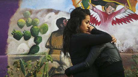 Amigos de Ramses Barron lloran su muerte en Nogales (EE.UU.), el 6 de enero de 2011.