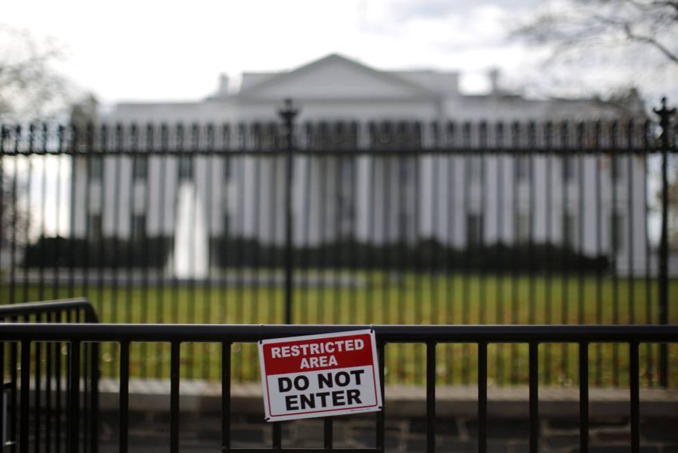 Una valla en la parte frontal de la Casa Blanca, en 2015rn