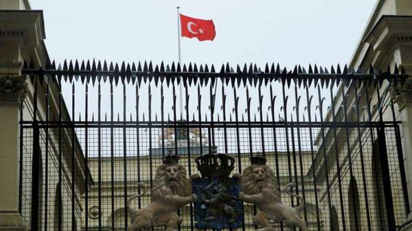El frente del consulado de Holanda en Estambul, con la bandera turca al frente (@STcom)